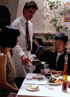 как-наливать-напитки-официанту