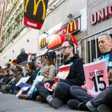Американские официанты требуют повышения зарплаты до 15 $ в час, везёт им