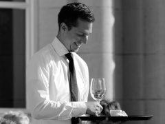 Какие обязанности возлагаются на администратора ресторана, кафе