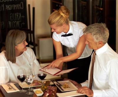 официантка встреча гостей