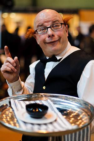 официант-весельчак