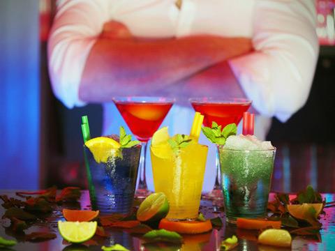 бармен коктейли