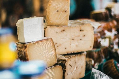 разные куски сыра
