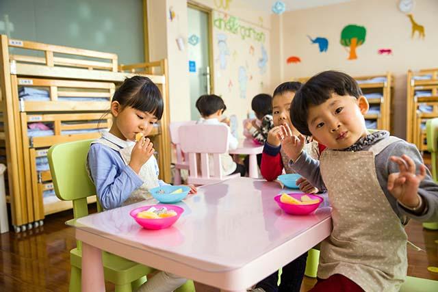 малыши кушают за столом
